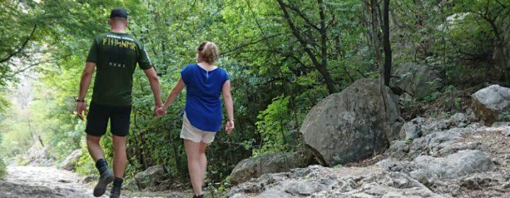 Ton et Lucia se promènent dans le parc de Paklenica