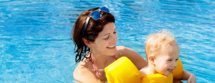 Les joies dans la pataugeoire – conseils pour les bébés nageurs
